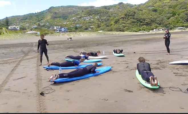 Une leçon de surf sur la plage.