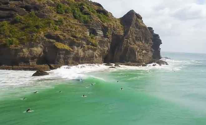 Surfeurs sur la plage.
