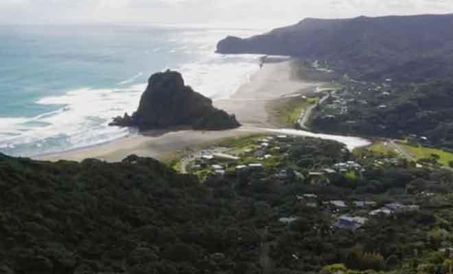 Survol de la plage de Piha.