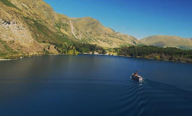 La traversée du lac à bord du TSS Earnslaw se déroule au son du piano.