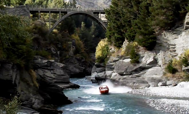La remontée de la rivière Shotover emprunte un canyon étroit spectaculaire.