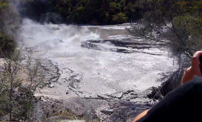 Le frottement entre deux plaques tectoniques est à l'origine des manifestations géothermiques.