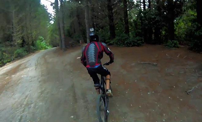 La forêt de Redwoods offre un réseau de sentiers idéals pour le VTT.