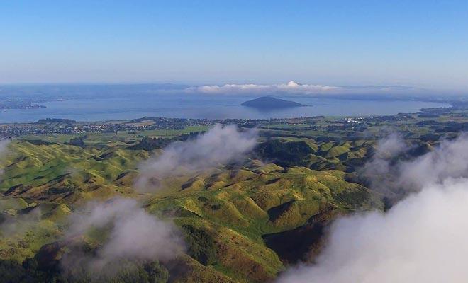 La région comporte de nombreux lacs et forêts, mais c'est l'activité géothermique qui a bâtît sa réputation.