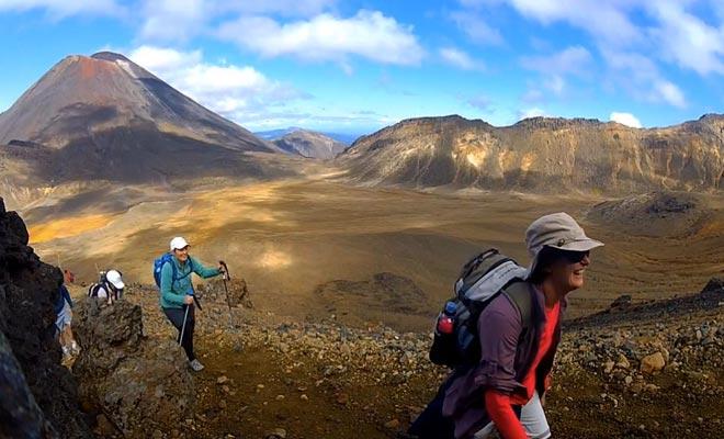 La première étape consiste à rejoindre les lacs turquoise, puis il faut traverser le cratère central et redescendre jusqu'à la forêt en direction du lac Rotoaira.