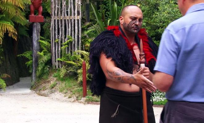 Voici la cérémonie traditionnelle lorsque l'on souhaite pénétrer à l'intérieur d'un village fortifié Maori.