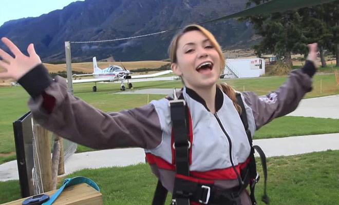 Nadine vous invite a assister à son saut en parachute en Nouvelle-Zélande.