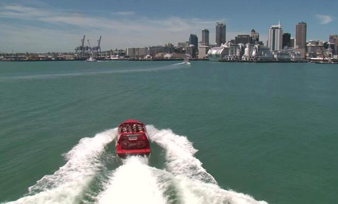 Une vidéo promotionnelle de la compagnie Auckland Aventure Jet dont les excursions se déroulent au large d'Auckland.
