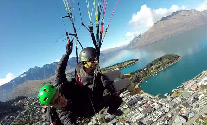 Voici une vidéo tournées par un professionnel lors d'une sortie en parapente au dessus du lac Wakatipu.