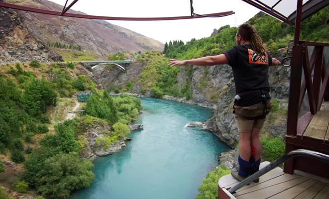 Sans doute la vidéo la plus folle jamais réalisé sur le saut à l'élastique, il faut le voir pour le croire.