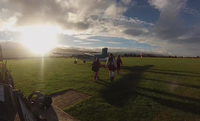 Un documentaire qui vous montre comment se déroule un saut en parachute du début à la fin.