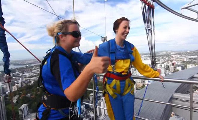 Ce documentaire présente le saut dans le vide du haut de la plus haute tour du Pacifique.