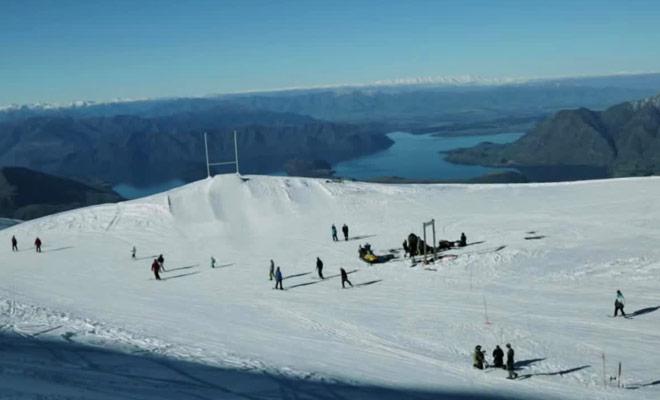 Voici un exploit sportif réalisé au ski pour rendre hommage aux All Blacks avant la coupe du monde de rugby.