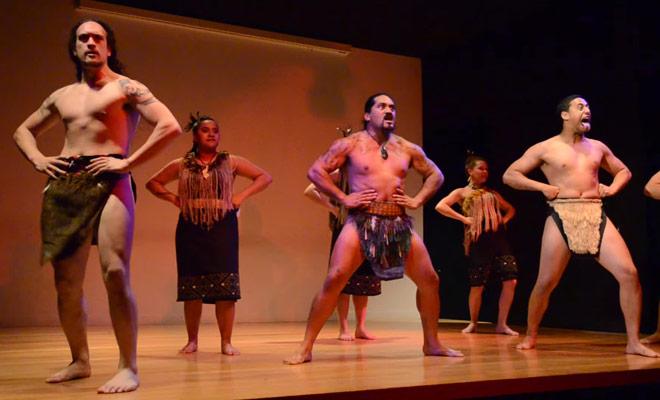Un spectacle de danse traditionnelle Maorie dans le musée Auckland War Memorial.