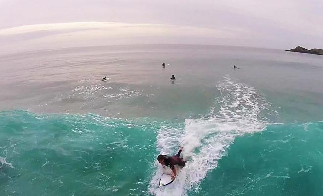 Il arrive parfois que les dauphins viennent nager à côté des surfeurs en Nouvelle-Zélande.