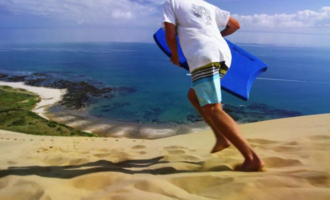 Vous pouvez glisser sur les dunes de sable géantes grâce a une planche de surf, mais il faut avoir une certaine dose de courage tout de même !