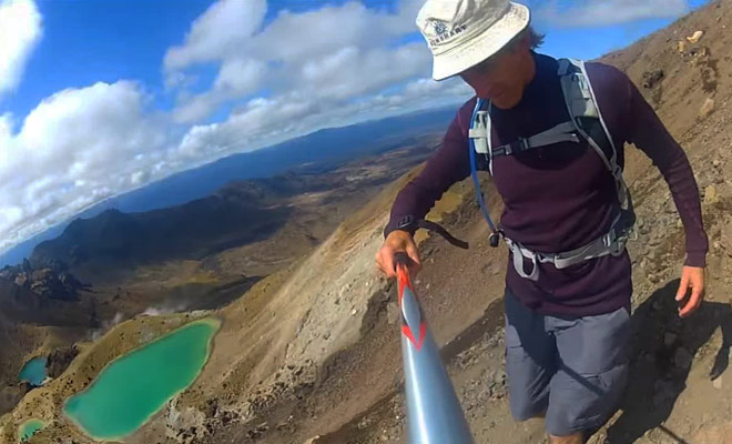 C'est grâce a une perche et une caméra GoPro que cette personne a filmée toute la randonnée du Tongariro Alpine Crossing.