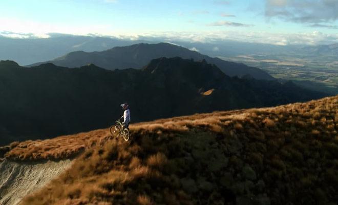 La vidéo spectaculaire d'une descente à vélo à flanc de montagne à Wanaka.