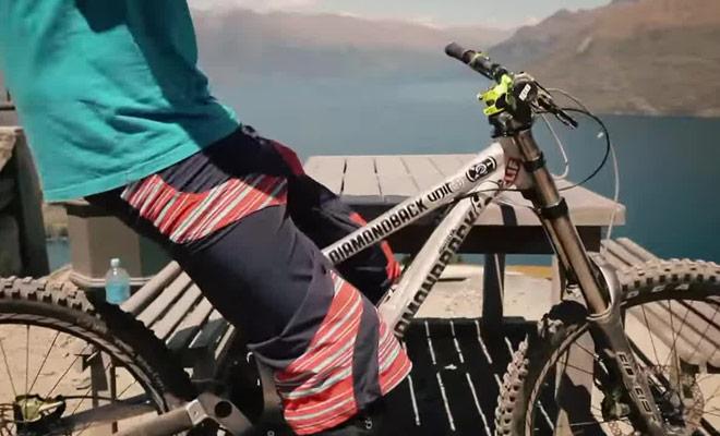 Il faut un bon niveau technique pour réaliser des descentes rapides en vélo à flanc de montagne.
